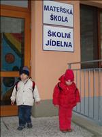 Před školkou.