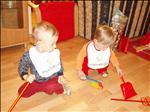 Maminčin miláček a tatínkův mazlíček dostali k Vánocům sadu košťat (největší hitovka:-)