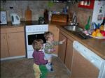 Neúnavní pomocníčci v kuchyni.