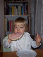Jo už to není to 1 kg mimi, už sní jako velkej chlap! Nejraději by jedl klobásky s tátou! :-)